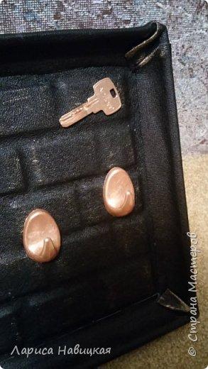 В основе кусок сайдинга(после ремонта остался). Кирпичики из линолеума. Ещё без крючков. Потом добавлю фото. фото 4