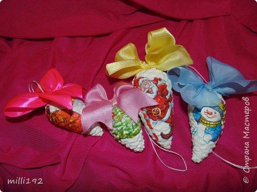 Елочные игрушки из натуральных шишек. С маленьким ребенком о стеклянных игрушках можно забыть, так и родилась эта идея. фото 1