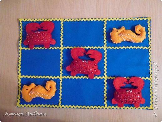 """Фетровая игра """"Крестики-нолики"""" на морскую тему. В комплекте пять морских коньков и пять крабиков. Можно не только сразиться, но и поучиться считать до пяти и освоить первые математические примеры. Герои игры украшены паетками и бисером."""