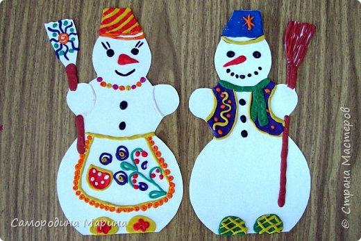 Семейка дружная снеговичков. Во дворе стоит зимой Человечек непростой, Нашу ёлку охраняет, А придёт весна-растает... фото 3