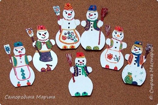 Семейка дружная снеговичков. Во дворе стоит зимой Человечек непростой, Нашу ёлку охраняет, А придёт весна-растает... фото 1