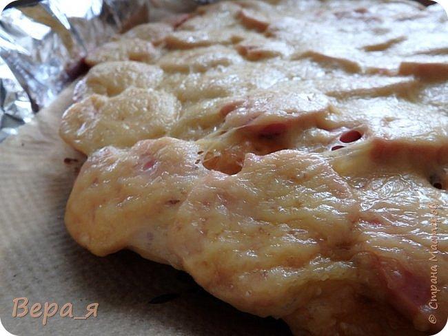 Доброго времени суток, жители Страны Мастеров! Наши солошьи посиделки продолжаются - этот рецепт посвящен одной солохе, носящей купеческую фамилию, отсюда и название блюда. Начинку для пиццы Вы можете выбрать в соответствии со своими предпочтениями, у меня в семье любят традиционную: кетчуп, сосиски/сардельки, сыр. Весь секрет вкусной пиццы - в рецепте теста. Тесто - это именно та, основа, которая и придает особый шарм этому блюду. Тесто для этой пиццы - дрожжевое, но с небольшим объемом работы - достаточно дать ему подняться только один раз, и уже можно разделывать.. За рецепт теста особая благодарность сайту say7.info и лично хозяйке сайта - Скрипкиной Анастасии. фото 1