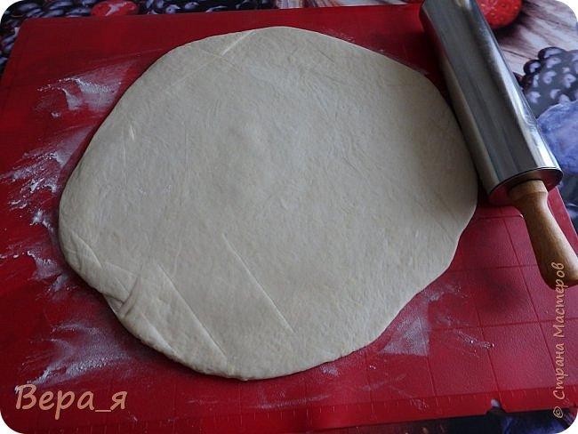 Доброго времени суток, жители Страны Мастеров! Наши солошьи посиделки продолжаются - этот рецепт посвящен одной солохе, носящей купеческую фамилию, отсюда и название блюда. Начинку для пиццы Вы можете выбрать в соответствии со своими предпочтениями, у меня в семье любят традиционную: кетчуп, сосиски/сардельки, сыр. Весь секрет вкусной пиццы - в рецепте теста. Тесто - это именно та, основа, которая и придает особый шарм этому блюду. Тесто для этой пиццы - дрожжевое, но с небольшим объемом работы - достаточно дать ему подняться только один раз, и уже можно разделывать.. За рецепт теста особая благодарность сайту say7.info и лично хозяйке сайта - Скрипкиной Анастасии. фото 9