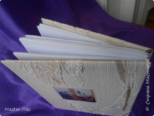 """Всем здравствуйте! Сдаю работу на конкурс """"Загадочный блокнот""""! (http://stranamasterov.ru/node/999334) Проконсультировался у бабушки. Вырезал из картонной коробки обложку блокнота. Обклеил обоями, остались от ремонта. Дырки сделал шилом. Картинка из журнала. В коробках у бабушки нашёл листики, кусочек кружева. Клей: Момент-гель  фото 2"""