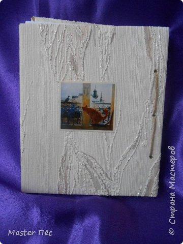 """Всем здравствуйте! Сдаю работу на конкурс """"Загадочный блокнот""""! (http://stranamasterov.ru/node/999334) Проконсультировался у бабушки. Вырезал из картонной коробки обложку блокнота. Обклеил обоями, остались от ремонта. Дырки сделал шилом. Картинка из журнала. В коробках у бабушки нашёл листики, кусочек кружева. Клей: Момент-гель  фото 3"""