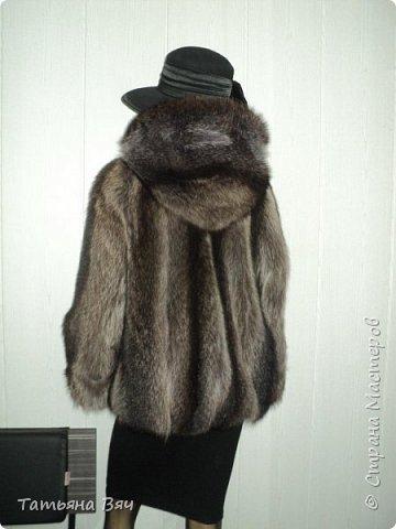 была у меня енотовая шуба (обожаю мех енота-самый ноский,тёплый и красивый,в отличии от лисы не сыпется-это 100%) рукава,борта-конечно подтрепались,поэтому -отрезаем часть подола(куртка 60см) ,пришиваем кажаные борта,кулиску, нарастила рукава-росшив кожа.причесала(енотовый мех в этом нуждается) вот и получается практически новая вещь из старой шубы,которая в магазине стоит  дорого фото 2