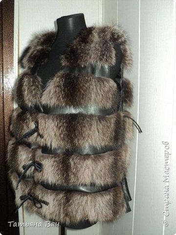 была у меня енотовая шуба (обожаю мех енота-самый ноский,тёплый и красивый,в отличии от лисы не сыпется-это 100%) рукава,борта-конечно подтрепались,поэтому -отрезаем часть подола(куртка 60см) ,пришиваем кажаные борта,кулиску, нарастила рукава-росшив кожа.причесала(енотовый мех в этом нуждается) вот и получается практически новая вещь из старой шубы,которая в магазине стоит  дорого фото 4