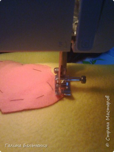 Вот такая наволочка на подушку у меня получилась! Не судите строго, это мой первый МК! Мне понадобилось: ткань - флис разного цвета, креп-сатин белый для глаз + пуговицы, подходящего цвета ткань для лица; нитки; булавки; иголка; ножницы; швейная машина;  И ХОРОШЕЕ НАСТРОЕНИЕ!   фото 13