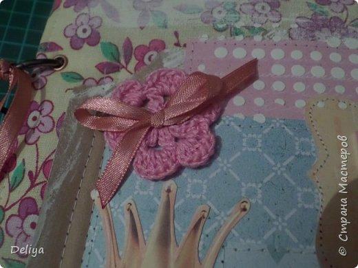 Это обложка весь альбом завязывается на ленты розового цвета, фотографировала в спешке (делала на заказ) поэтому фото кратко, буду подробно описывать, итак,..... фото 2