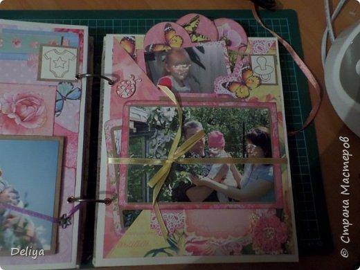 Это обложка весь альбом завязывается на ленты розового цвета, фотографировала в спешке (делала на заказ) поэтому фото кратко, буду подробно описывать, итак,..... фото 18