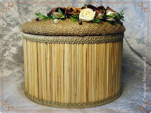 Здесь http://stranamasterov.ru/node/1001081 я писала о своем новом увлечении - розами из атласных лент. Уютно расположились они и на моем ларце) Сама шкатулка (или даже ларец) из бобины от скотча. Декорирована крафт-бумагой, бамбуковыми шпажками, мешковиной... Результат впечатлил многих) фото 1