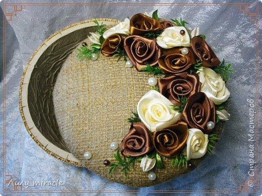 Здесь http://stranamasterov.ru/node/1001081 я писала о своем новом увлечении - розами из атласных лент. Уютно расположились они и на моем ларце) Сама шкатулка (или даже ларец) из бобины от скотча. Декорирована крафт-бумагой, бамбуковыми шпажками, мешковиной... Результат впечатлил многих) фото 2