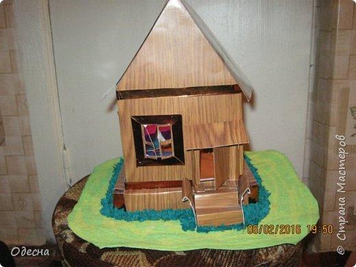 Домик делал по предварительному чертежу на ватмане. Внутри есть стол и кровать. Окна открываються. Внутри шторы и подоконник. Пере домиком трава из торцовки. фото 1