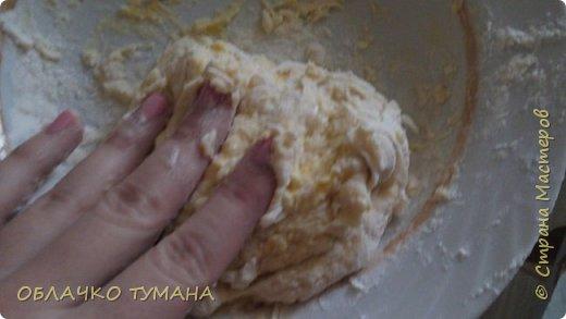 Сегодня будем готовить вареники с вишней. Ингредиенты: Мука пшеничная 1 стакан, 1 куриное яйцо , пол чайной ложки подсолнечного масла, соль, вода, вишня, сахар. фото 4