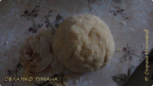 Сегодня будем готовить вареники с вишней. Ингредиенты: Мука пшеничная 1 стакан, 1 куриное яйцо , пол чайной ложки подсолнечного масла, соль, вода, вишня, сахар. фото 5