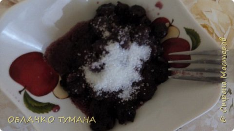 Сегодня будем готовить вареники с вишней. Ингредиенты: Мука пшеничная 1 стакан, 1 куриное яйцо , пол чайной ложки подсолнечного масла, соль, вода, вишня, сахар. фото 7