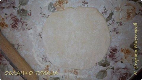 Сегодня будем готовить вареники с вишней. Ингредиенты: Мука пшеничная 1 стакан, 1 куриное яйцо , пол чайной ложки подсолнечного масла, соль, вода, вишня, сахар. фото 9