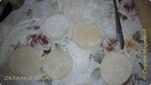 Сегодня будем готовить вареники с вишней. Ингредиенты: Мука пшеничная 1 стакан, 1 куриное яйцо , пол чайной ложки подсолнечного масла, соль, вода, вишня, сахар. фото 10