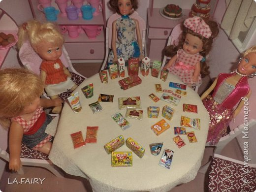 Продолжаю знакомить вас с нужными вещами для кукольной жизни, которые я придумала и сделала для нашего кукольного домика. Итак, сегодня я покажу и расскажу о тех мелочах для кукол, что можно сделать используя всевозможную рекламную продукцию и упаковки товаров, а также фанеру (как основу поделок), картон, бисер, клей ПВА, скотч, акриловые краски (обычные и с перламутром), лак.  фото 1