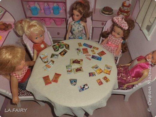 Продолжаю знакомить вас с нужными вещами для кукольной жизни, которые я придумала и сделала для нашего кукольного домика. Итак, сегодня я покажу и расскажу о тех мелочах для кукол, что можно сделать используя всевозможную рекламную продукцию и упаковки товаров, а также фанеру (как основу поделок), картон, бисер, клей ПВА, скотч, акриловые краски (обычные и с перламутром), лак.  фото 2