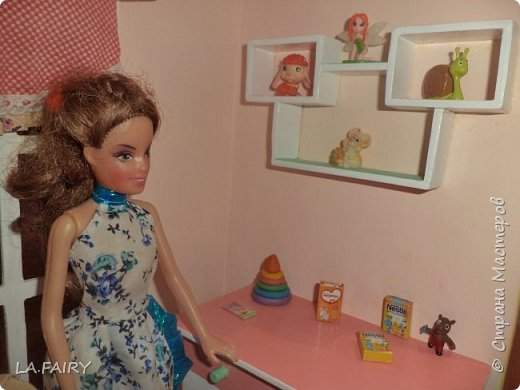 Продолжаю знакомить вас с нужными вещами для кукольной жизни, которые я придумала и сделала для нашего кукольного домика. Итак, сегодня я покажу и расскажу о тех мелочах для кукол, что можно сделать используя всевозможную рекламную продукцию и упаковки товаров, а также фанеру (как основу поделок), картон, бисер, клей ПВА, скотч, акриловые краски (обычные и с перламутром), лак.  фото 21