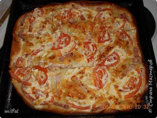 Пицца . Корейка,ветчина,помидоры,сыр,майонез,лук. Тесто сначала обмазываю майонезом,затем выкладываю ингредиенты и сверху опять майонез и в духовку. фото 1