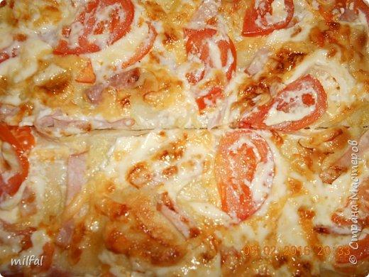 Пицца . Корейка,ветчина,помидоры,сыр,майонез,лук. Тесто сначала обмазываю майонезом,затем выкладываю ингредиенты и сверху опять майонез и в духовку. фото 2