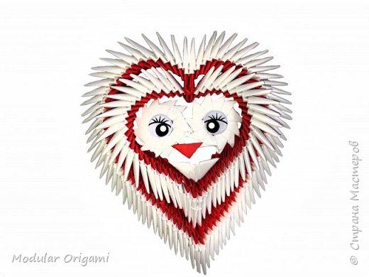 Здравствуйте, сегодня я покажу вам, как сделать красивое сердце на День святого Валентина, выкладываю специально 2 видео - одно ускоренное, второе медленное =)  Нам потребуется: 400 - красных модулей 350 - белых  модулей Глаза и рот из бумаги, клей