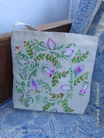 """Предлагаю посмотреть сумочку """"ВЕСЕННЕЕ НАСТРОЕНИЕ"""". Захотелось нежных весенних красок, """"воздушного"""" рисунка, светлых тонов. Постаралась это воплотить. Сейчас я расписываю по готовому изделию - так удобнее разместить рисунок. Для этого одну сторону в подкладке не зашиваю и вкладываю подходящего размера картон вовнутрь, чтобы краска не прошла на подкладку во время расписывания. Но это просто дополнительная мера предосторожности - краска обычно не проходит через весь слой ткани. фото 5"""