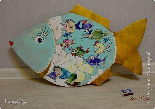 """Эта рыбина может быть использована как в качестве панно, так и разделочной доски (заказ для рыбака) Рыбак спит и мечтает, а снится ему хоровод из еще непойманных им рыбок Коробок на фото для """"оценки размеров"""" Расписывала акриловыми красками и гуашью, покрывала аэрозольным акриловым матовым лаком  фото 1"""