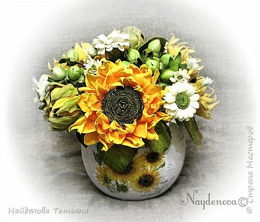 Интерьерный букетик из солнечных цветочков , хризантемок и ягодок гиперикума .................все сделано из фоамира . фото 1