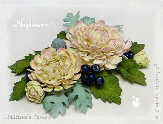 Интерьерный букетик из солнечных цветочков , хризантемок и ягодок гиперикума .................все сделано из фоамира . фото 6
