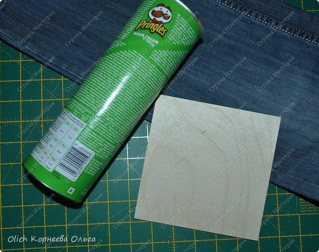 Здравствуйте. Если у ваших детей множество ручек и карандашей, если вам надоело хранить их в коробке и каждый раз тратить время на поиск нужного карандаша. Предлагаю смастерить простой, вместительный и симпатичный джинсовый органайзер. Можно будет отдельно хранить простые и цветные карандаши, ручки и ластики, при этом все они будут рядом. Органайзер изготовлен из бросового материала, потратила я на его изготовление чуть больше часа времени.  фото 5