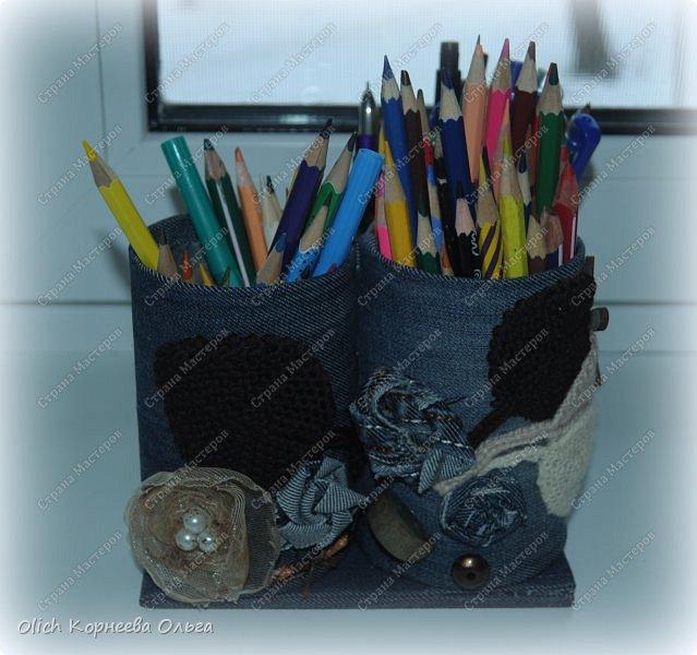 Здравствуйте. Если у ваших детей множество ручек и карандашей, если вам надоело хранить их в коробке и каждый раз тратить время на поиск нужного карандаша. Предлагаю смастерить простой, вместительный и симпатичный джинсовый органайзер. Можно будет отдельно хранить простые и цветные карандаши, ручки и ластики, при этом все они будут рядом. Органайзер изготовлен из бросового материала, потратила я на его изготовление чуть больше часа времени.  фото 2