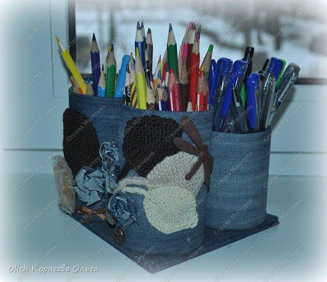 Здравствуйте. Если у ваших детей множество ручек и карандашей, если вам надоело хранить их в коробке и каждый раз тратить время на поиск нужного карандаша. Предлагаю смастерить простой, вместительный и симпатичный джинсовый органайзер. Можно будет отдельно хранить простые и цветные карандаши, ручки и ластики, при этом все они будут рядом. Органайзер изготовлен из бросового материала, потратила я на его изготовление чуть больше часа времени.  фото 3