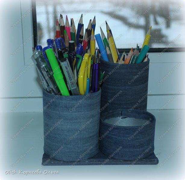 Здравствуйте. Если у ваших детей множество ручек и карандашей, если вам надоело хранить их в коробке и каждый раз тратить время на поиск нужного карандаша. Предлагаю смастерить простой, вместительный и симпатичный джинсовый органайзер. Можно будет отдельно хранить простые и цветные карандаши, ручки и ластики, при этом все они будут рядом. Органайзер изготовлен из бросового материала, потратила я на его изготовление чуть больше часа времени.  фото 21