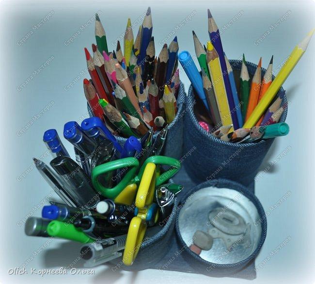 Здравствуйте. Если у ваших детей множество ручек и карандашей, если вам надоело хранить их в коробке и каждый раз тратить время на поиск нужного карандаша. Предлагаю смастерить простой, вместительный и симпатичный джинсовый органайзер. Можно будет отдельно хранить простые и цветные карандаши, ручки и ластики, при этом все они будут рядом. Органайзер изготовлен из бросового материала, потратила я на его изготовление чуть больше часа времени.  фото 4