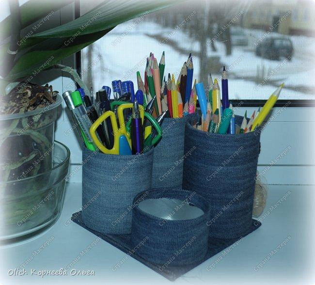 Здравствуйте. Если у ваших детей множество ручек и карандашей, если вам надоело хранить их в коробке и каждый раз тратить время на поиск нужного карандаша. Предлагаю смастерить простой, вместительный и симпатичный джинсовый органайзер. Можно будет отдельно хранить простые и цветные карандаши, ручки и ластики, при этом все они будут рядом. Органайзер изготовлен из бросового материала, потратила я на его изготовление чуть больше часа времени.  фото 1