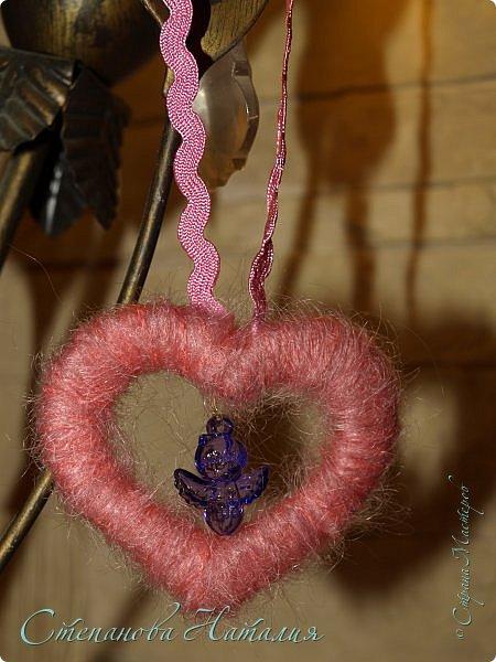 Добрый вечер друзья) Так уж случилось, что я не сделала ни одной обезьяны к НГ, а  в прошлом году ни одной валентинки, стала мучить творческая совесть. Решила исправиться! Встречайте, подушки-игрушки сердечки. Сзади пришита присоска, они крепятся на стекло, мебель, зеркало, можно в автомобиль повесить. Спасибо Кате Моркве за помощь в поиске и приобретении материала! Кать, ты знаешь как мне сложно сейчас, ты меня просто выручаешь по полной, спасибо! А ленточки эти просто мои любимки и сердечки - волосатики, буду ещё брать! фото 7