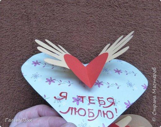 На этом фото представлена валентинка в форме сумочки. Видеоурок МК можно найти здесь: http://www.youtube.com/watch?v=6cUL1gSA298 Я ее сделала, чуть видоизменив. Такая валентинка-сумочка хороша  для вложения шоколадки или другого маленького подарка. фото 7