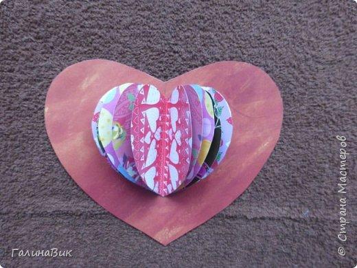 На этом фото представлена валентинка в форме сумочки. Видеоурок МК можно найти здесь: http://www.youtube.com/watch?v=6cUL1gSA298 Я ее сделала, чуть видоизменив. Такая валентинка-сумочка хороша  для вложения шоколадки или другого маленького подарка. фото 9