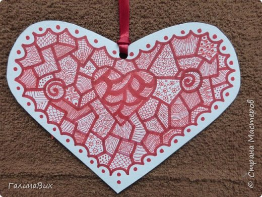 На этом фото представлена валентинка в форме сумочки. Видеоурок МК можно найти здесь: http://www.youtube.com/watch?v=6cUL1gSA298 Я ее сделала, чуть видоизменив. Такая валентинка-сумочка хороша  для вложения шоколадки или другого маленького подарка. фото 15