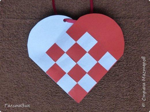 На этом фото представлена валентинка в форме сумочки. Видеоурок МК можно найти здесь: http://www.youtube.com/watch?v=6cUL1gSA298 Я ее сделала, чуть видоизменив. Такая валентинка-сумочка хороша  для вложения шоколадки или другого маленького подарка. фото 2