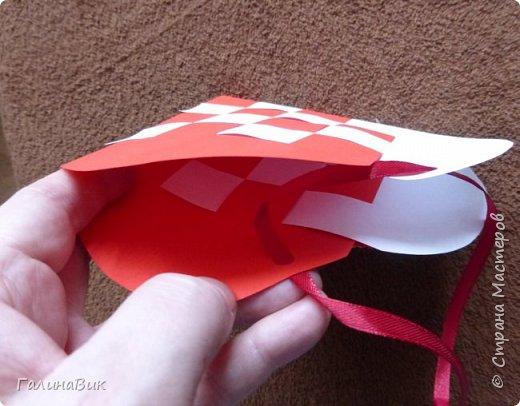 На этом фото представлена валентинка в форме сумочки. Видеоурок МК можно найти здесь: http://www.youtube.com/watch?v=6cUL1gSA298 Я ее сделала, чуть видоизменив. Такая валентинка-сумочка хороша  для вложения шоколадки или другого маленького подарка. фото 3