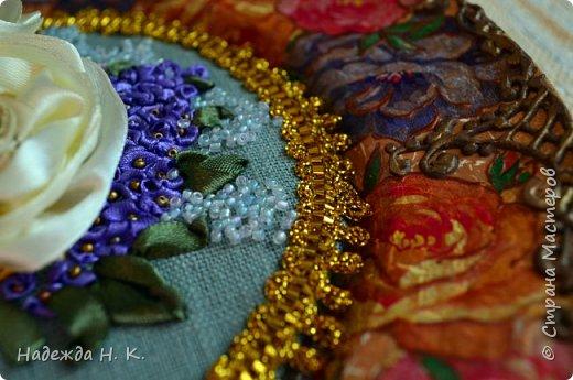 Здравствуйте, дорогие гости! Все ближе весна, хочется больше солнца, цветов, поэтому, наверное, появились у меня эти тарелки с вышивкой. Сначала я сделала сами тарелки в технике папье-маше, выполнила декупаж и роспись шпатлевкой, а затем дошел черёд вышивки. фото 4