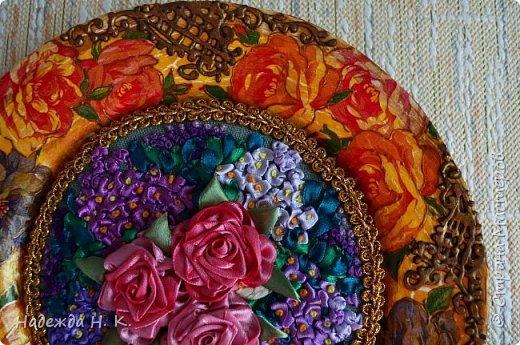 Здравствуйте, дорогие гости! Все ближе весна, хочется больше солнца, цветов, поэтому, наверное, появились у меня эти тарелки с вышивкой. Сначала я сделала сами тарелки в технике папье-маше, выполнила декупаж и роспись шпатлевкой, а затем дошел черёд вышивки. фото 10