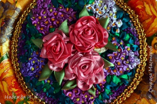Здравствуйте, дорогие гости! Все ближе весна, хочется больше солнца, цветов, поэтому, наверное, появились у меня эти тарелки с вышивкой. Сначала я сделала сами тарелки в технике папье-маше, выполнила декупаж и роспись шпатлевкой, а затем дошел черёд вышивки. фото 8