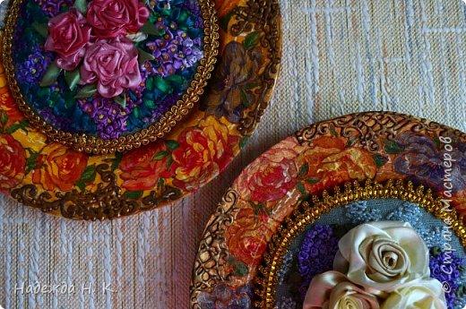 Здравствуйте, дорогие гости! Все ближе весна, хочется больше солнца, цветов, поэтому, наверное, появились у меня эти тарелки с вышивкой. Сначала я сделала сами тарелки в технике папье-маше, выполнила декупаж и роспись шпатлевкой, а затем дошел черёд вышивки. фото 23