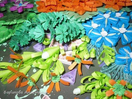 Здравствуйте дорогие гости и мастера! Представляю вам новую работу. Идея создать своеобразный, яркий образ цветочной клумбы, где цветы проросли между осколками плиток, напоминающие  пестрый стеклянный узор, навеяна детской игрушкой - калейдоскоп.  фото 3