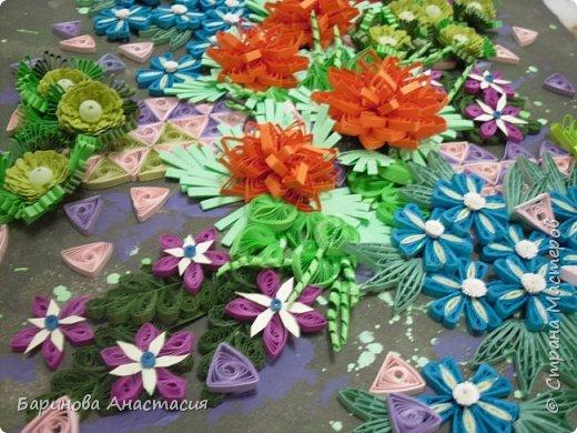 Здравствуйте дорогие гости и мастера! Представляю вам новую работу. Идея создать своеобразный, яркий образ цветочной клумбы, где цветы проросли между осколками плиток, напоминающие  пестрый стеклянный узор, навеяна детской игрушкой - калейдоскоп.  фото 2